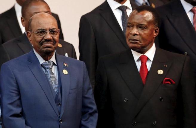 El presidente de la República del Congo (derecha) observa a Omar Al...