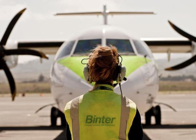 Una operaria de Binter durante las maniobras de aterrizaje de un...