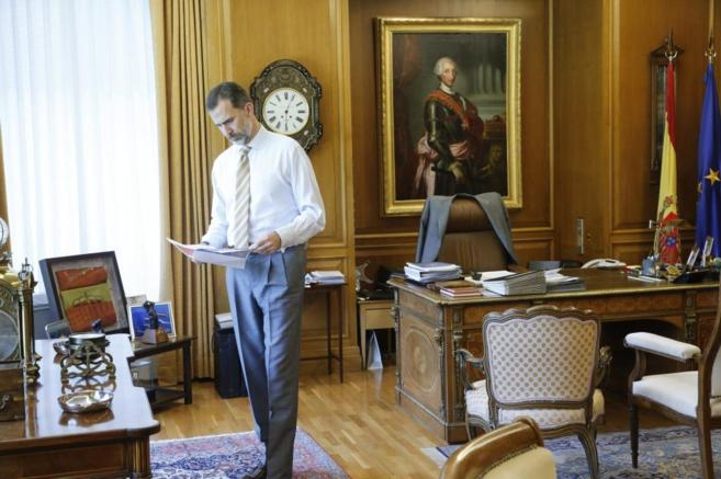 El Rey en su despacho en una imagen facilitada por Zarzuela con motivo...