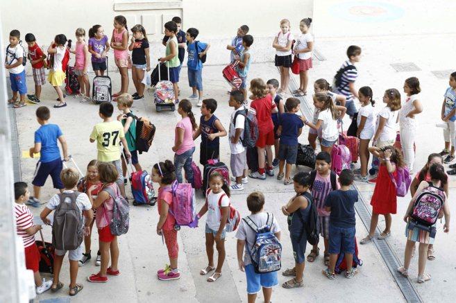 Alumnos de primaria esperan en el patio del colegio para entrar a...