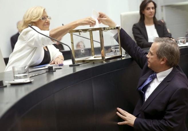 Antonio Miguel Carmona introduce su voto en la sesión de investidura...