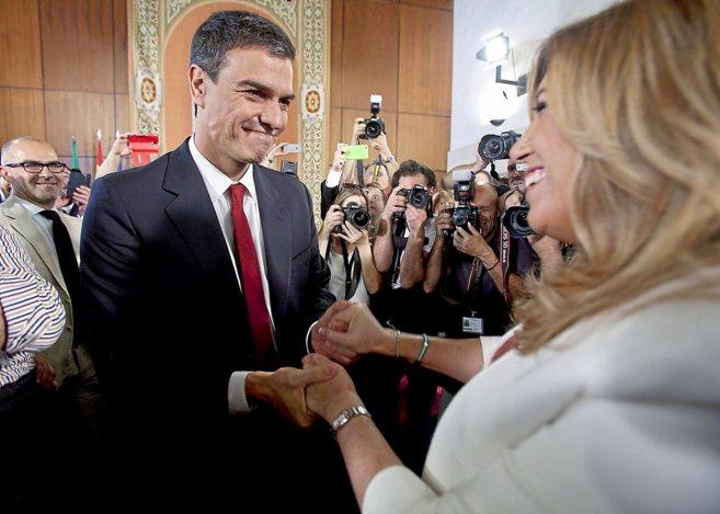 Pedro Sánchez y Susana Díaz se saludan en la toma de posesión de la...