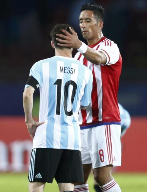 Lucas Barrios saluda a Messi después del empate entre Paraguay y...