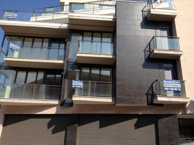 Imagen de archivo de varios pisos en venta en un mismo bloque de...