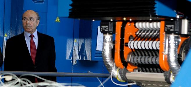 Manuel Torres junto a una de sus máquinas.