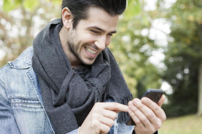 Un hombre utiliza el teléfono móvil en la calle.