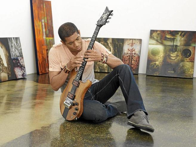 Stanley Jordan El músico de Jazz acaricia una de sus guitarras.