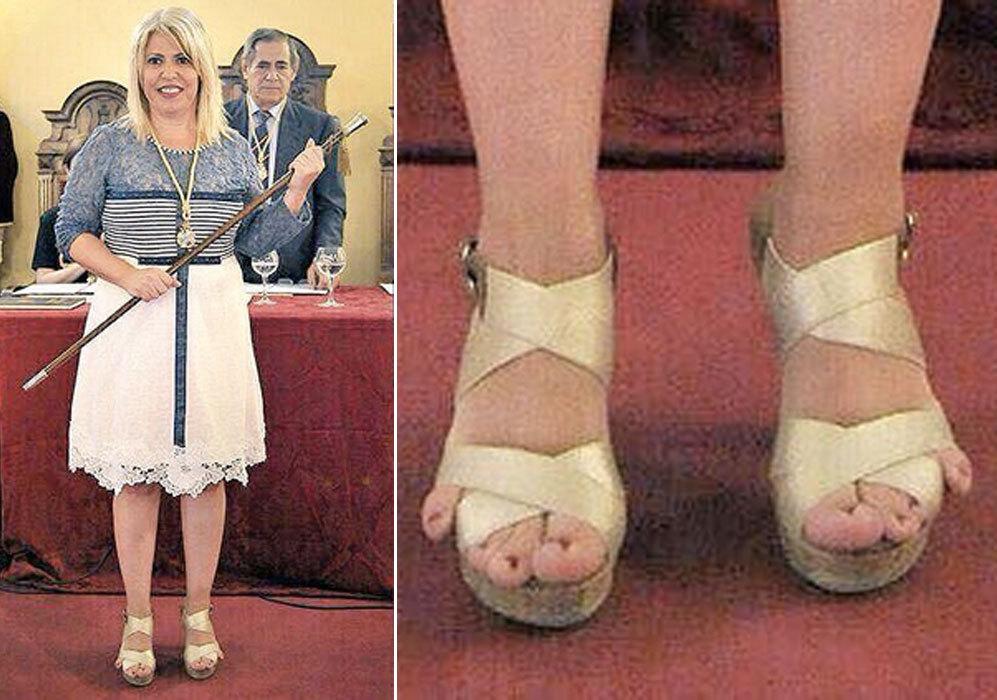 Los dedos pequeños de la nueva alcaldesa de Jerez, Mamen Sánchez, o 'pies retrovisor' -así los han llamado muchos-, ha sido uno de los acontecimientos más comentados en Twitter el pasado domingo. A la política no se le ocurrió otra cosa que dejar los meñiques al aire al no entrar en las sandalias que eligió para recibir el bastón de mando.