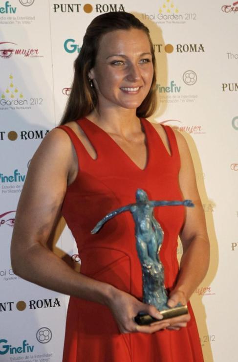 Melani Costa recibiendo el Premio Mujer Excepcional 2015