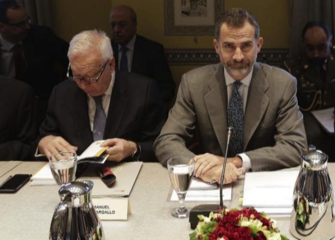 Felipe VI preside, ayer, el patronato del Real Instituto Elcano, junto...
