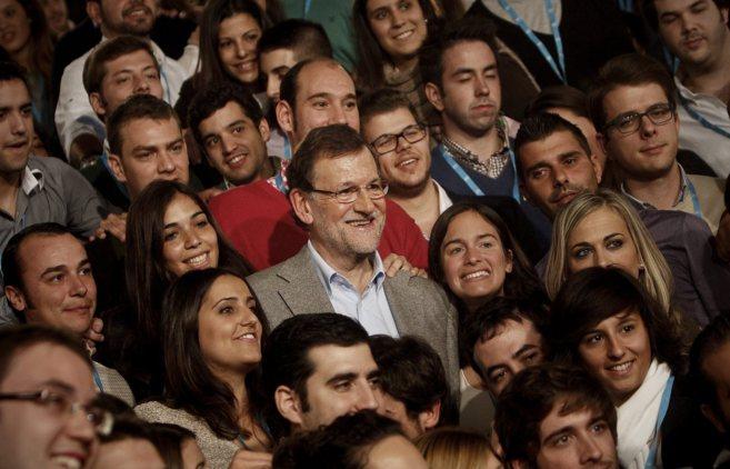 Mariano Rajoy (centro) asiste a la clausura de la convención de...
