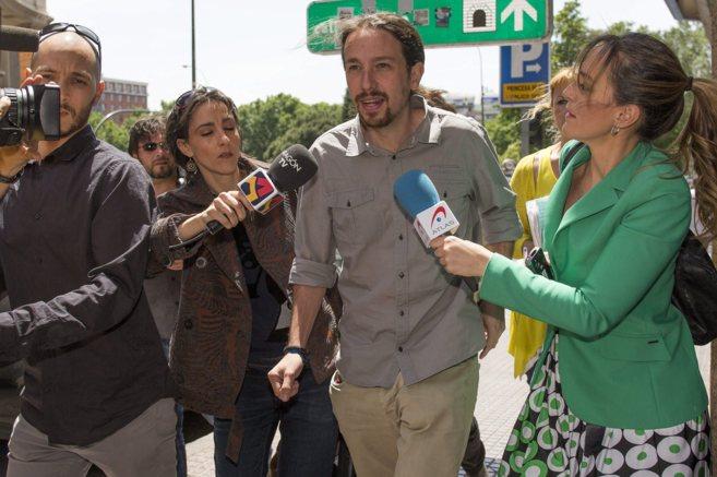El líder de Podemos, Pablo Iglesias, a la salida de una reunión de...