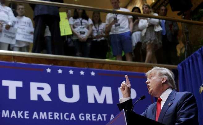 El multimillonario Donald Trump gesticula durante el acto que abre su...