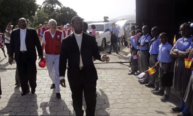 El ministro, en un centro escolar de Haití.