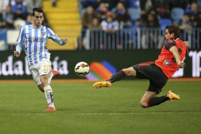 Juanmi pelea por una pelota en un partido contra la Real Sociedad.