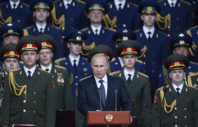 El presidente ruso, Vladimir Putin, ofrece un discurso en el parque de...