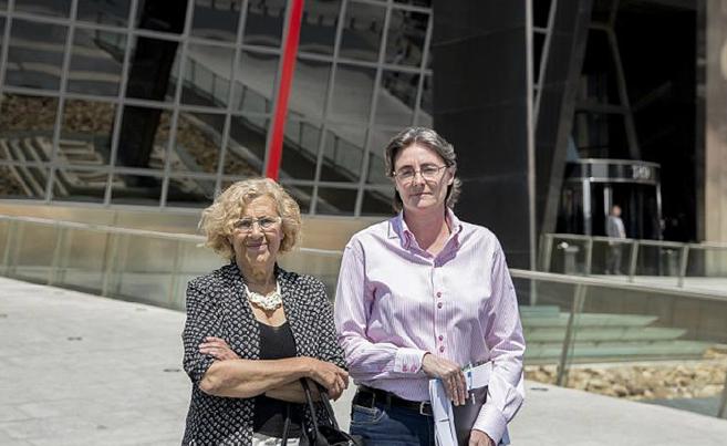 Marta Higueras, junto a la alcaldesa de Madrid, tras la reunión con...