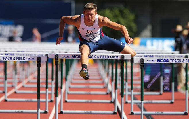 Pau Tonnesen salta una valla, durante una prueba con la Universidad de...