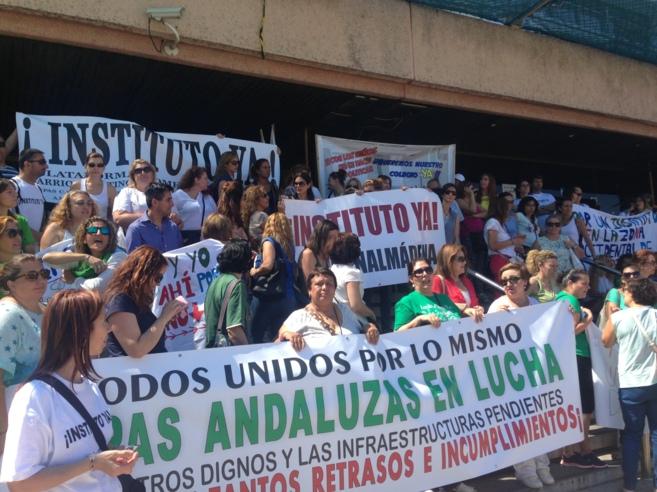 Manifestantes a las puertas del edificio de Usos Múltiples de la...