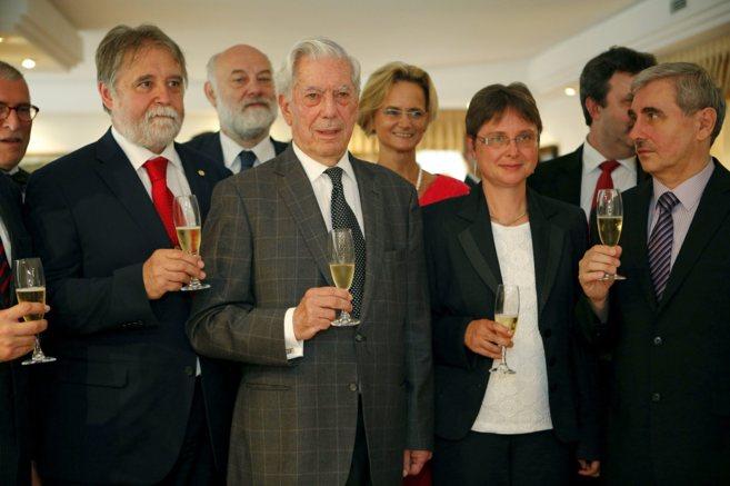 El escritor Mario Vargas Llosa brinda con varios invitados durante la...