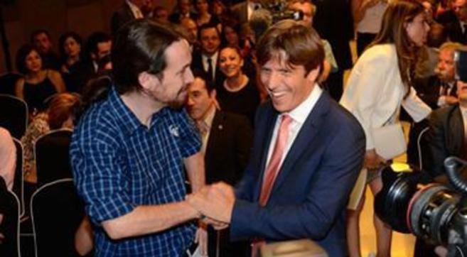 Pablo Iglesias saluda a El Cordobés en la 42 edición de los premios...