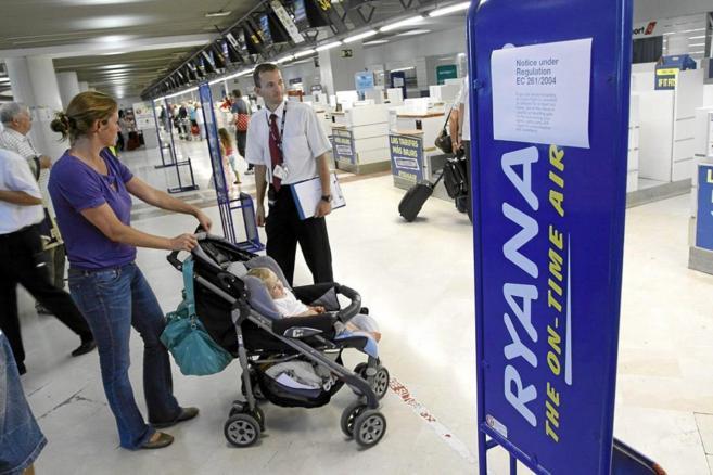 Imagen de avisos en una cola de facturación de Ryanair en el...