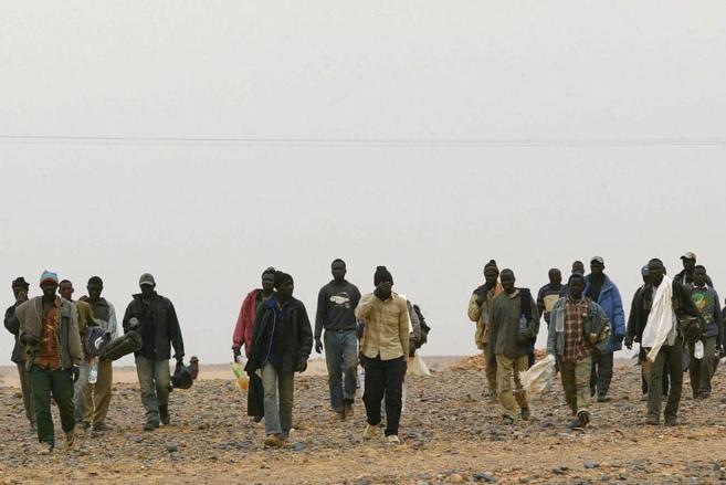 Un grupo de inmigrantes, a punto de atravesar la frontera entre Níger...