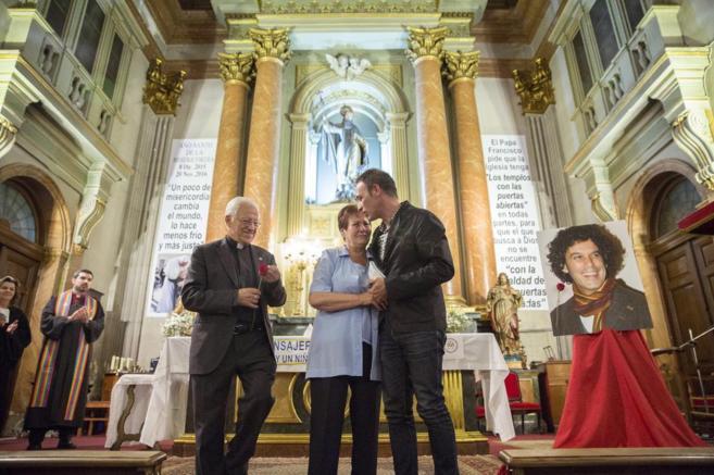 El padre Ángel, fundador de los Misioneros de la Paz, con la pareja y...