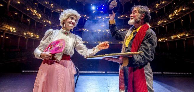 Los actores Itziar Lazkano y Ramón Barea, ayer en Teatro Arriaga...