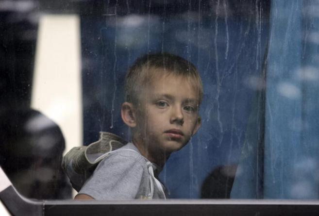 Un niño de Donetsk viaja hacia Crimea para recuperarse, junto a otros...