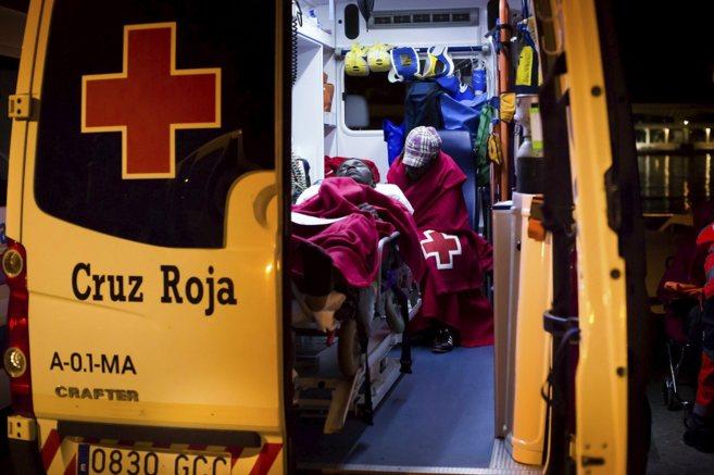 Sanitarios atendiendo a un inmigrante en Málaga a principios de...