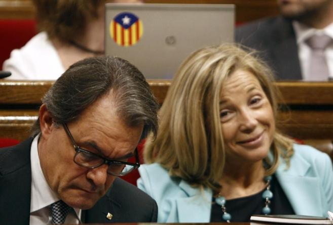 El president Artur Mas con la vicepresidenta saliente Joana Ortega.