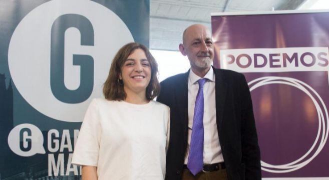 Celia Mayer, de Ganemos Madrid, y Jesus Montero, de Podemos, tras...