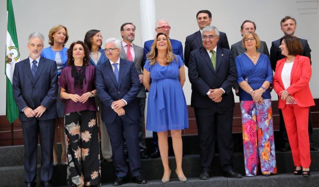 Susana Díaz, con los miembros de su gobierno. En la fila de abajo, la...