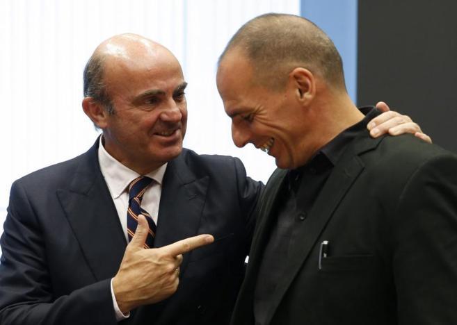 El ministro de Finanzas griego, Yanis Varufakis (dcha.), con de...