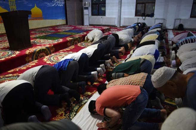 Musulmanes en Pekín durante sus oraciones el primer día del...