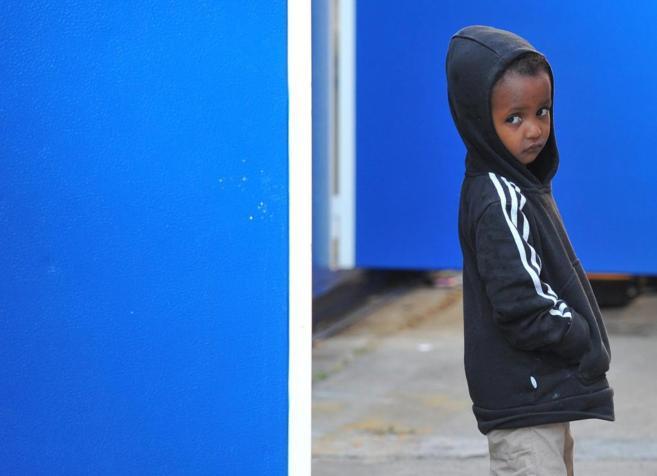 Un niño inmigrante pasea por la estación de tren de la localidad...
