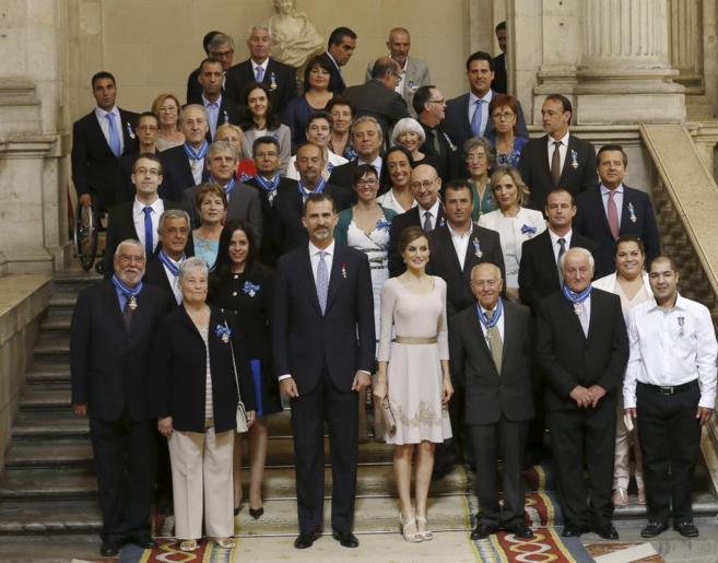 Los reyes posan junto a los galardonados durante la ceremonia de...