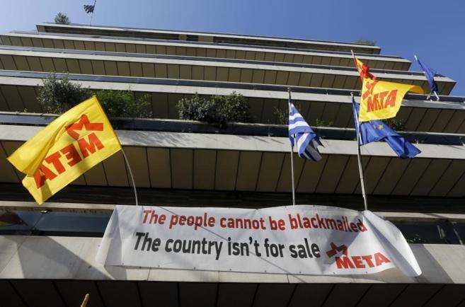 Una pancarta con el mensaje: 'Este país no está en venta',...