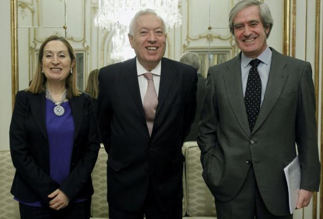 Manuel Valencia, con los ministros Pastor y Margallo, en un acto en...
