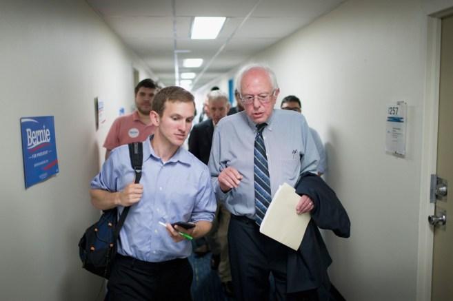El candidato a las primarias demócratas Bernie Sanders hace campaña...