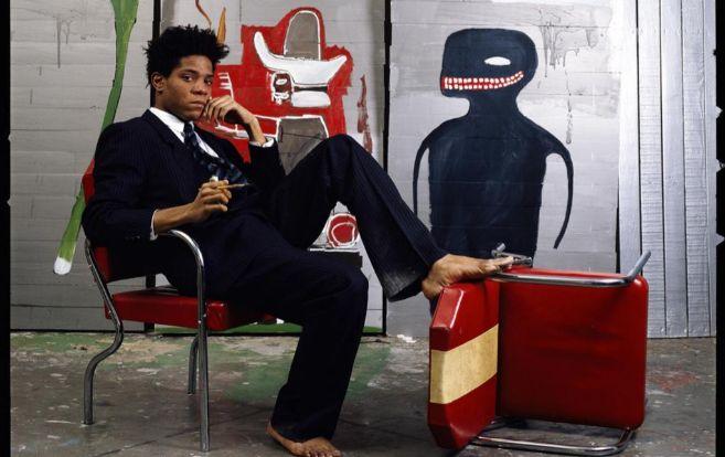 El fallecido Jean-Michel Basquiat junto a una de sus obras
