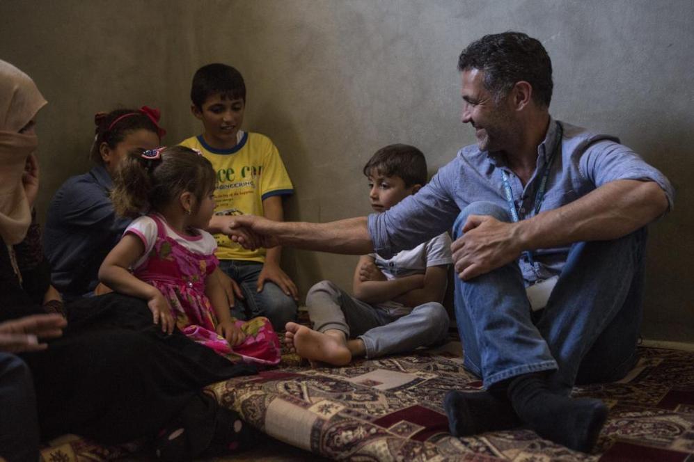 El escritor afgano estadounidense Khaled Hosseini con una familia...