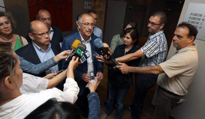 Los portavoces del PSOE, Francisco Hernández (dcha.), y CC, José...