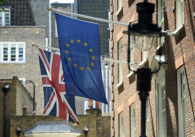 La bandera de la Unión Europea ondea junto a la de Reino Unido cerca...