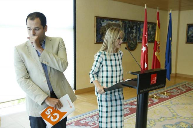 Cristina Cifuentes, junto al portavoz de Ciudadanos, Ignacio Aguado,...