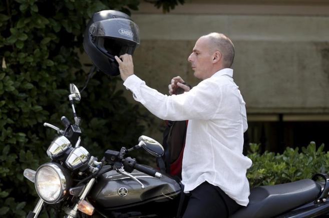 El ministro de finanzas, Yanis Varufakis, llega en moto a la sede del...