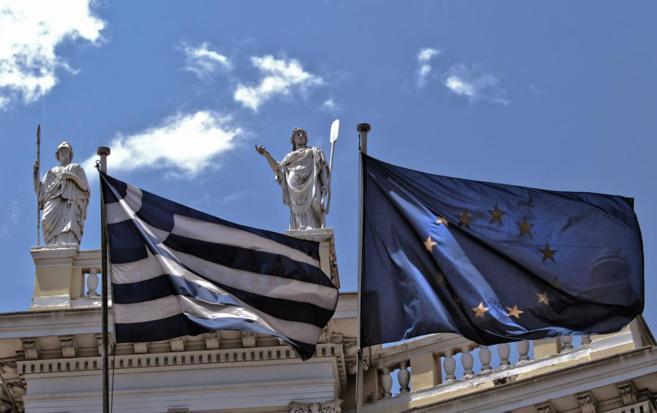 La bandra griega y la europea ondean, en un céntrico edificio de...