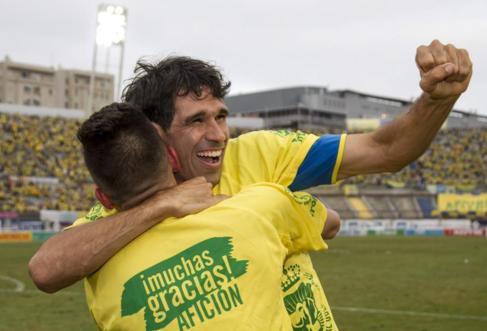 Valerón celebra el ascenso de Las Palmas a Primera División.