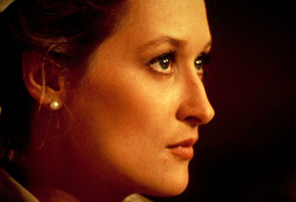 Fue descubierta en la Escuela de Drama de Yale, donde disfrutaba de...